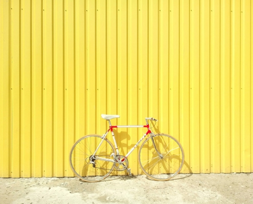 Rennrad an gelber Wand